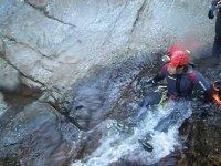 瀑布降落到水中