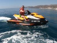 在水上摩托艇上