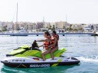 在水上摩托艇上离开港口
