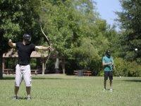 Arquero lanzando la flecha del archery tag