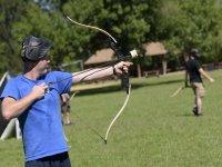 Apuntando con el arco de archery tag