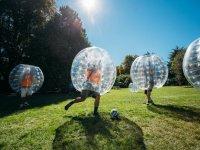 Burbuja chutando el balon