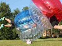 Burbujas de futbol chocando