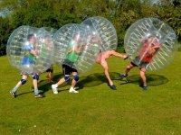 Partido de futbol dentro de burbujas