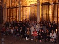 grupo de personas delante de una verja de una catedral