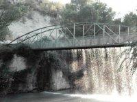 acqua che cade da un ponte