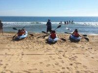 Aprendiendo kayak en la arena