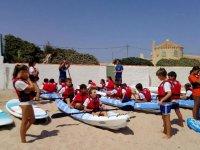 Preparando los kayaks para entrar en el mar