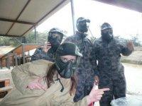 cuatro amigos con monos de guerrero y cascos protectores