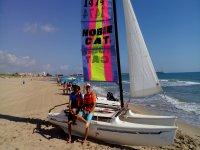一个阳光明媚的日子,享受双体船地中海