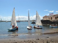 Barcos de vela en la costa