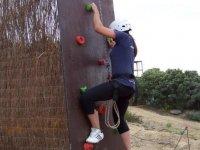 chica escalando un rocodromo