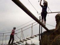 dos chicas superando un puente tibetano