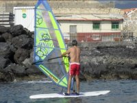 Alumno de windsurf acercandose a la costa