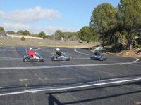 una carrera de karting con curvas