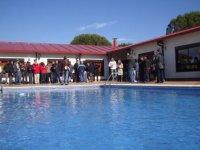personas de pie al bordo de una piscina