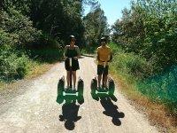 Chico y chica por el camino de Barcelona