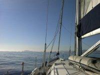 在公海的一艘帆船的前面