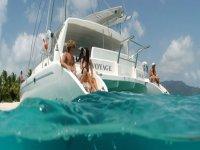 persone sul bordo di una barca in acqua