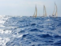 diverse barche a vela in alto mare