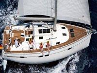 vista aerea di una barca con persone a bordo
