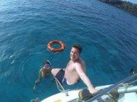 在甲板上的帆船浮潜