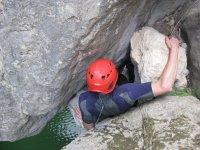 Superando obstaculos en el barranco