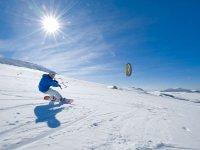 在风雪中滑过雪