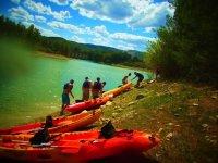 Entrando al rio con las piraguas