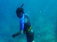 潜水员垂直接近底部的水