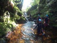 Caminando por el lecho del rio en Cantabria