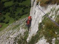 Escaladora en el monte cantabro