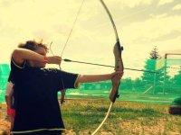 Niño practicando tiro con arco en La Rioja