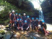 Grupo de barranquismo el el rio cantabro
