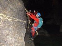 Maniobra con cuerdas en la cueva cantabra