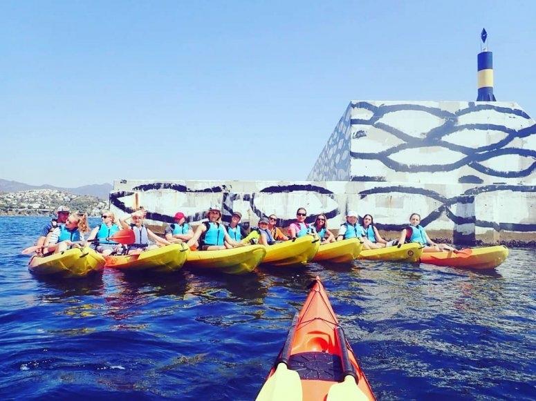 grupo de kayak en el puerto