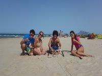 Sentados en la arena de la playa