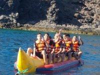 Amici sulla banana boat