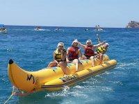 Haciendo banana boat en playa de Pineda de Mar