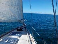 航行到小溪帆船