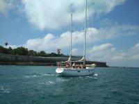 Barco de vela siguiendo la bahia gaditana