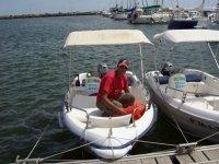 ragazzo all'interno di una barca