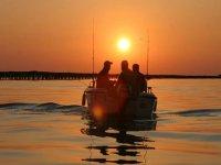 giro in barca durante il tramonto