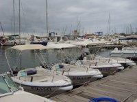 diverse barche in un porto