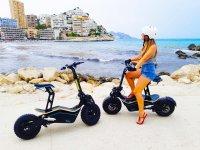 Con lo scooter elettrico sulla costa