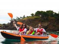 Famiglia a bordo del kayak