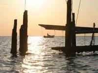 barca in alto mare in un tramonto