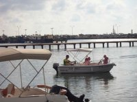 familia en una barca en alta mar