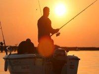 uomo che pesca in un tramonto