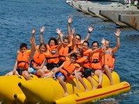 Familia a bordo de la banana boat doble